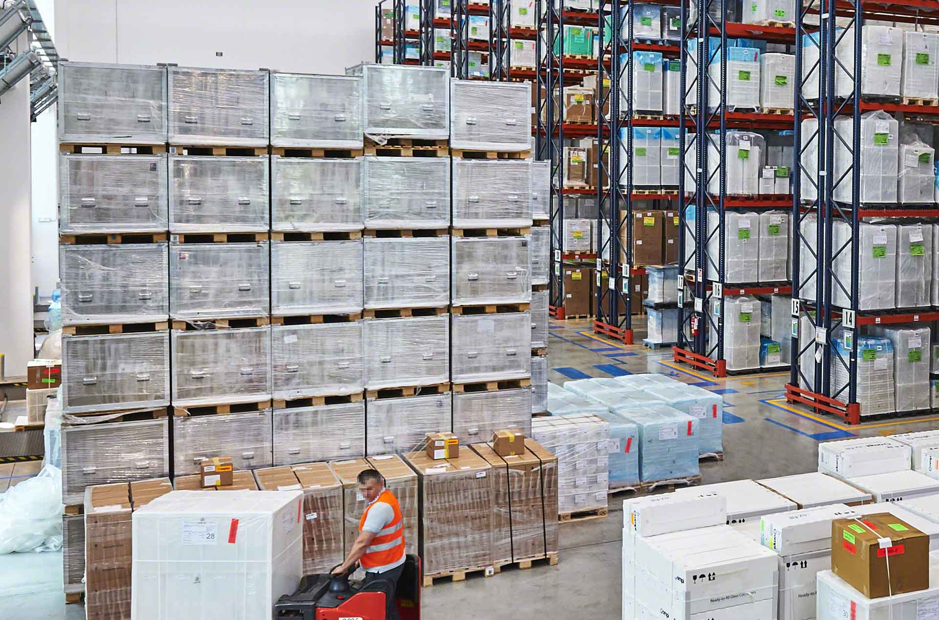El almacenamiento en bloque consiste en apilar la mercadería en el suelo del depósito
