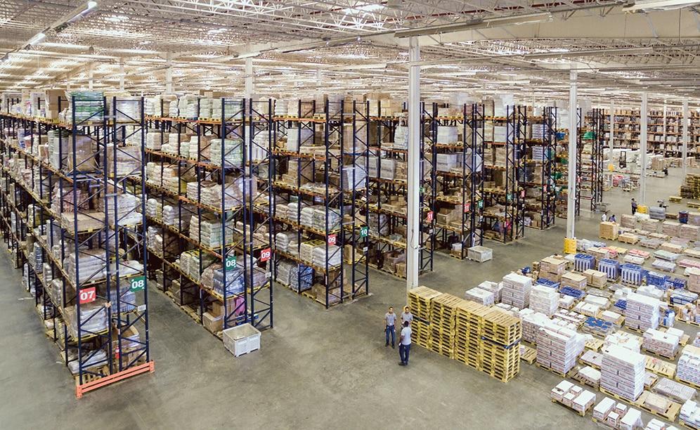 Mecalux ha proyectado un depósito con múltiples soluciones de almacenamiento que permiten gestionar la gran variedad de productos que posee la compañía y optimizar de forma eficiente el espacio de la instalación