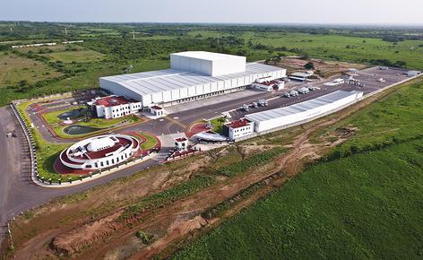 Sobre una superficie de 4.610 m², Mecalux ha construido un depósito automático autoportante de aproximadamente 30 m de altura y una capacidad para más de 28.000 pallets