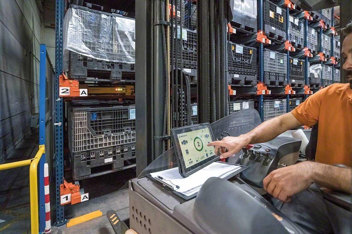 Un operario maneja el Pallet Shuttle desde la carretilla con un tableta digital