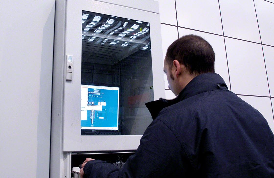Un operario comprueba el registro de datos relacionados con el sistema de trazabilidad