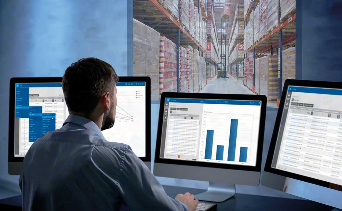 Un operario controla el stock disponible gracias a un SGA preparado como parte de una estrategia de logística omnicanal